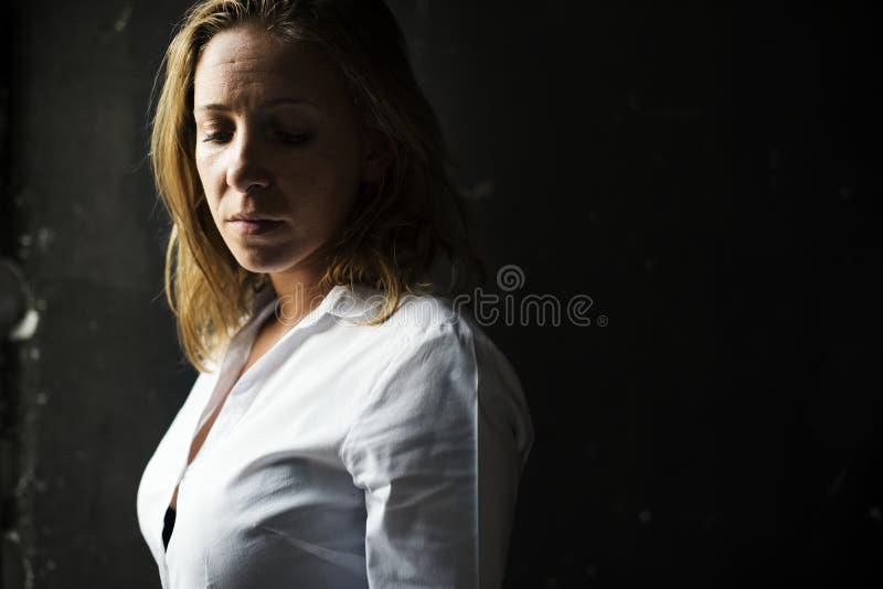 Vrouwen het Droevige Gedeprimeerde Donker Denken royalty-vrije stock afbeelding