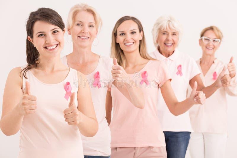 Vrouwen het geven beduimelt omhoog stock foto