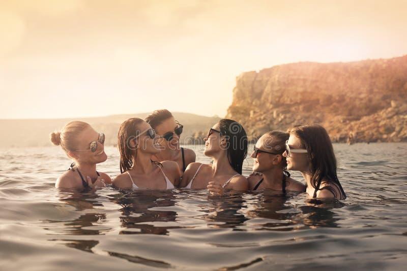 Vrouwen in het overzees royalty-vrije stock afbeeldingen