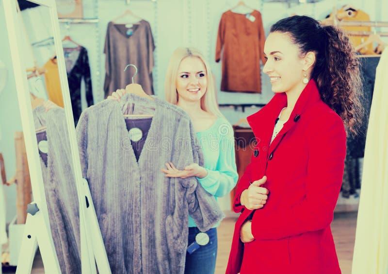 Vrouwen het winkelen outwear de winter stock foto