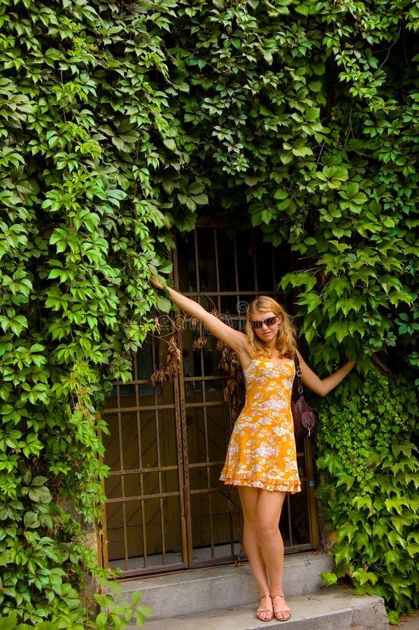 Vrouwen i in het groene park royalty-vrije stock afbeeldingen