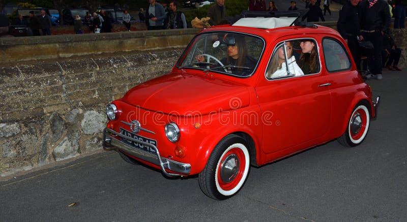 Vrouwen in Klassiek Rood Fiat 500 drijf alleen promenade royalty-vrije stock afbeeldingen