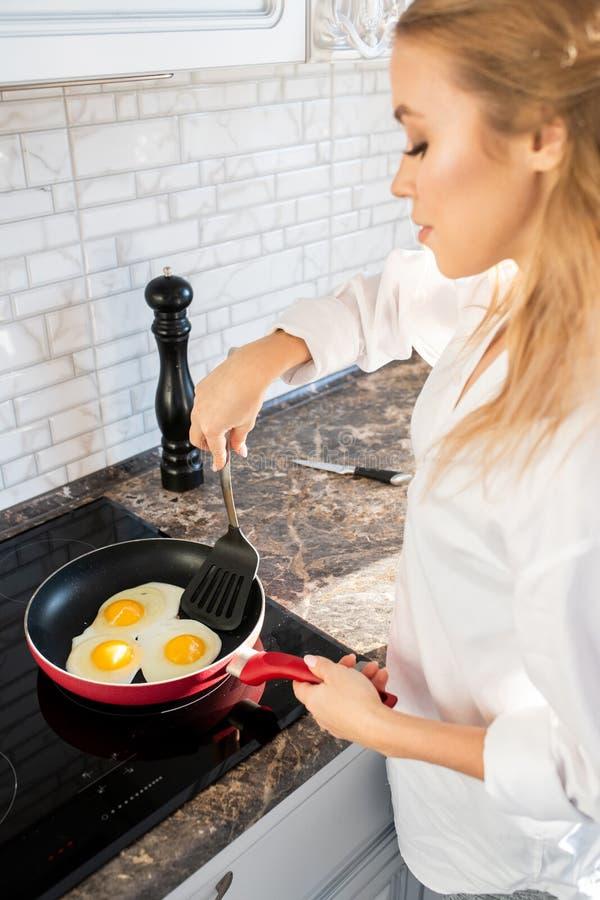 Vrouwen Kokend Ontbijt in Keuken stock fotografie