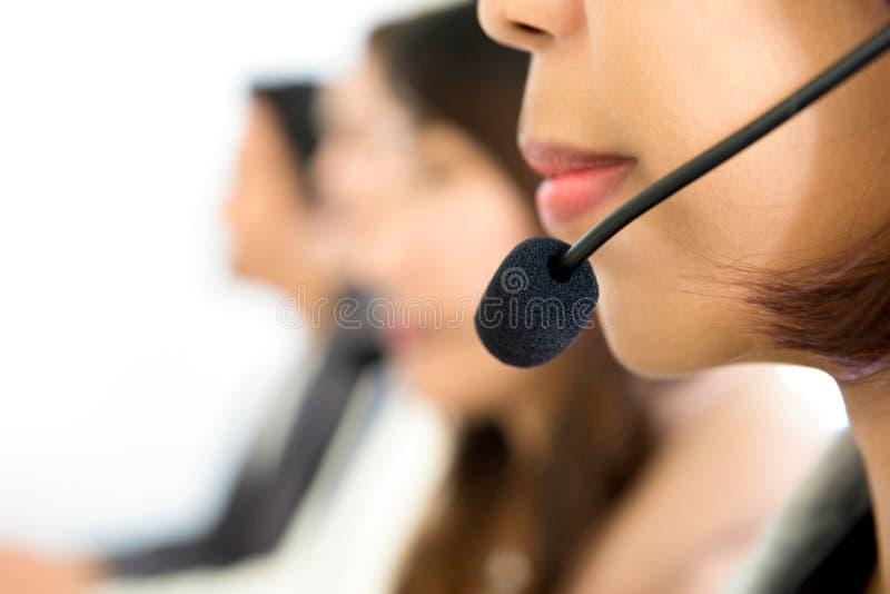 Vrouwen lager gezicht met microfoonhoofdtelefoon in call centre stock foto