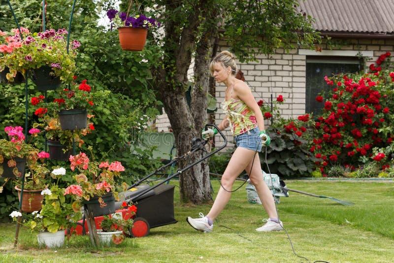 Vrouwen maaiende tuin stock afbeelding