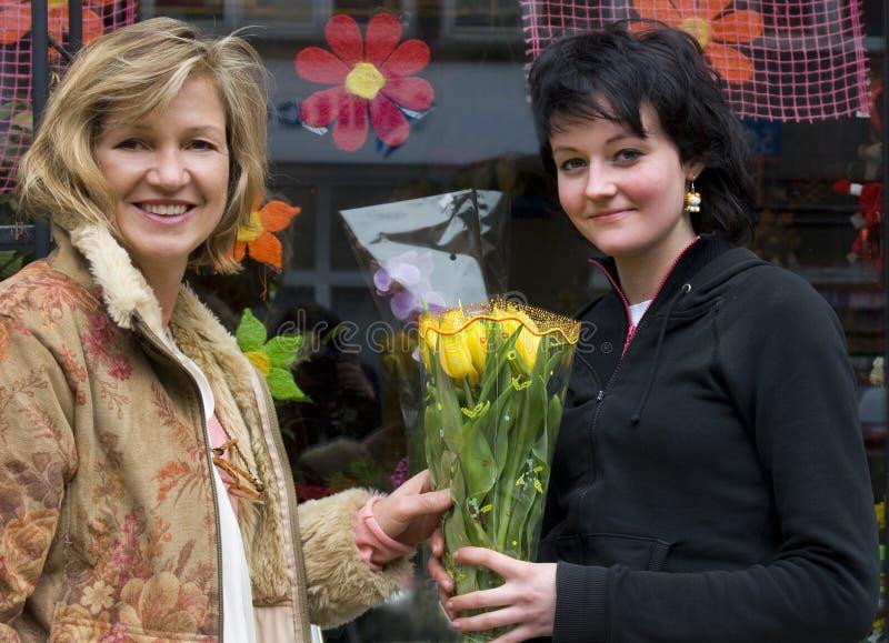 Vrouwen met bloemen royalty-vrije stock afbeeldingen