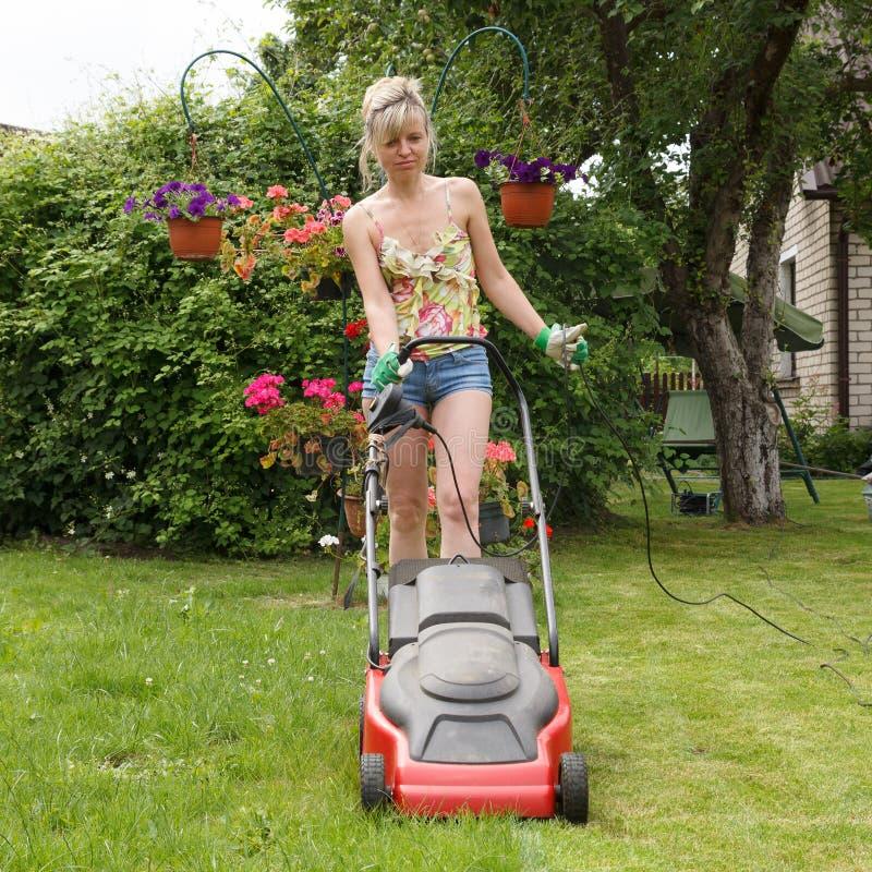 Vrouwen met grasmaaimachine royalty-vrije stock afbeeldingen