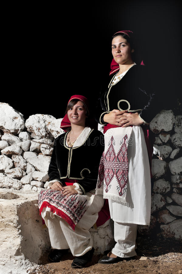 Vrouwen met Griekse traditionele slijtage stock foto