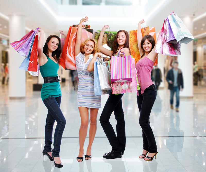 Vrouwen met het winkelen zakken bij winkel royalty-vrije stock foto