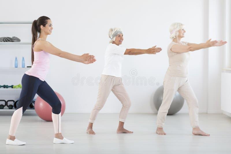 Vrouwen met persoonlijke trainer royalty-vrije stock foto