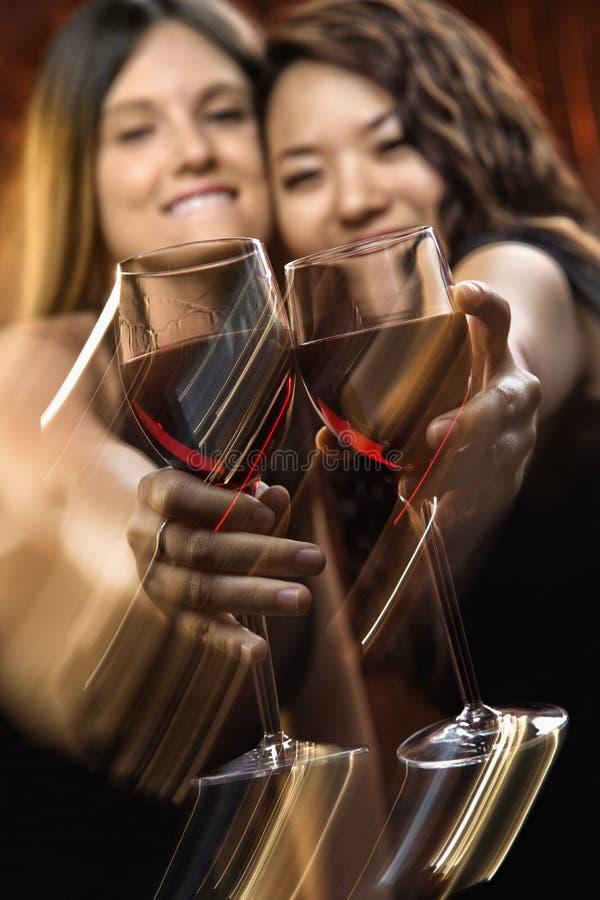 Vrouwen met rode wijn stock foto's