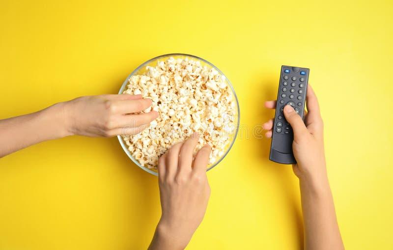 Vrouwen met verre het eten van TV popcorn stock afbeelding