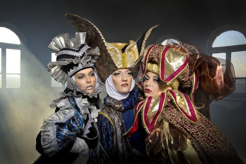 Vrouwen in middeleeuws kostuum royalty-vrije stock afbeeldingen