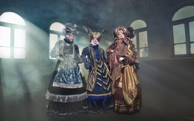 Vrouwen in middeleeuws kostuum stock afbeelding