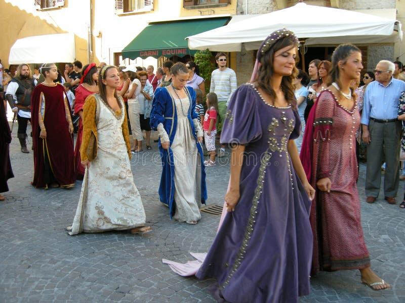 Vrouwen in middeleeuwse tijdenkostuums stock afbeeldingen