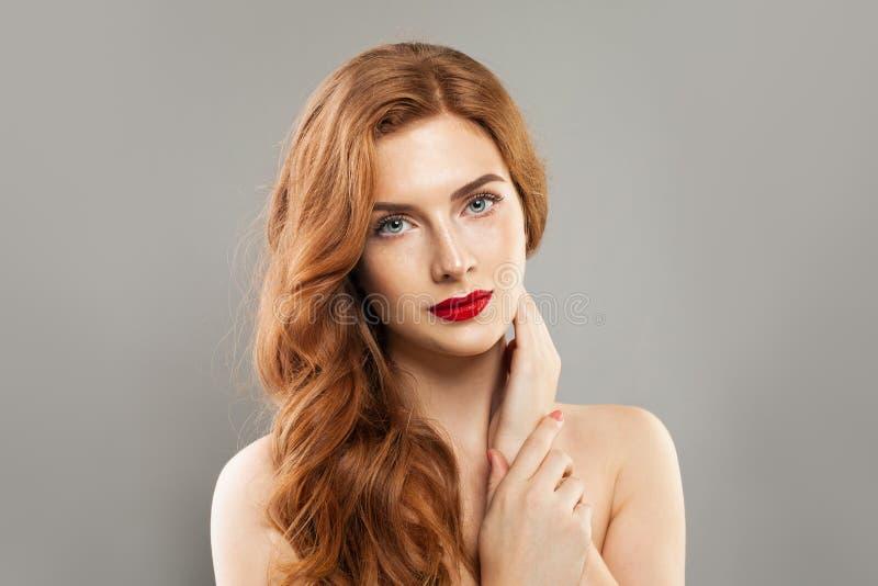 Vrouwen model natuurlijke, gezonde huid met sproeten en lange rode krullend stock foto's