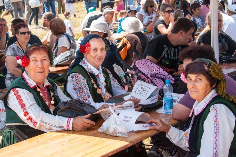 Vrouwen in nationale Bulgaarse kostuums bij het festival Rozhen 2015 stock foto's