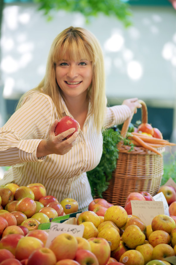 Vrouwen op de fruitmarkt royalty-vrije stock fotografie