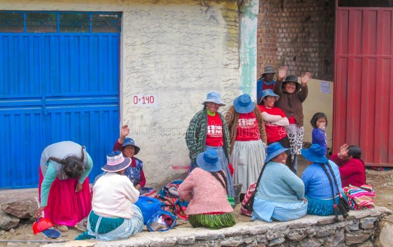 Vrouwen op de stadsstraat van Bolivië royalty-vrije stock fotografie