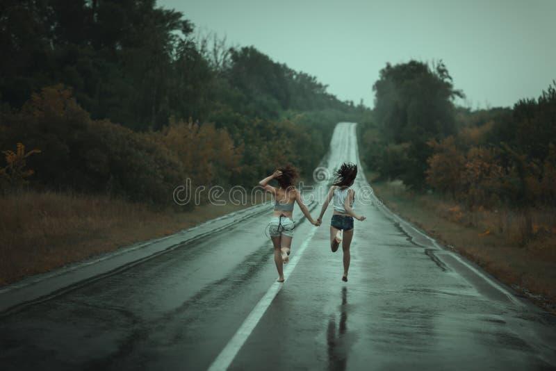 Vrouwen op de weg in werking die worden gesteld die stock afbeeldingen