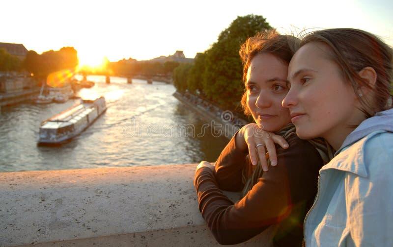 Vrouwen op een brug royalty-vrije stock fotografie