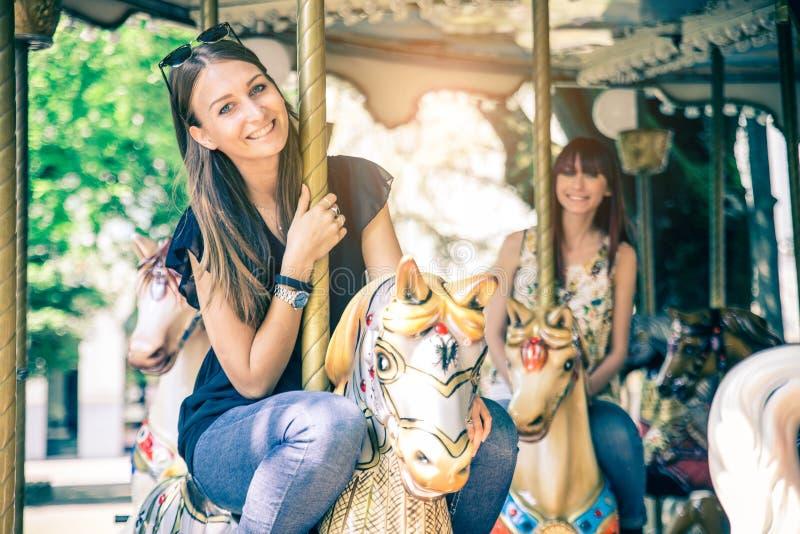 Vrouwen op een vrolijk-gaan-ronde stock afbeelding