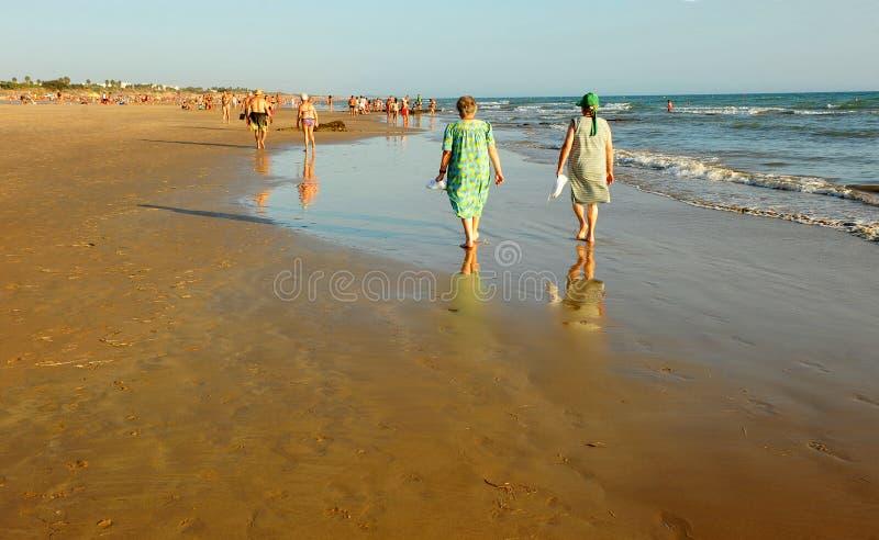 Vrouwen op het strand Costa Ballena, de provincie van Cadiz, Spanje stock foto's