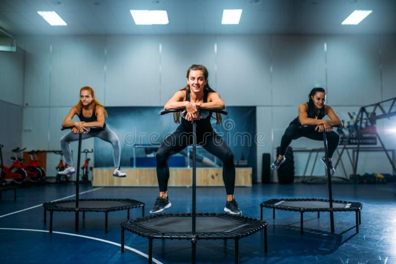Vrouwen op trampoline in motie, geschiktheid opleiding royalty-vrije stock foto's