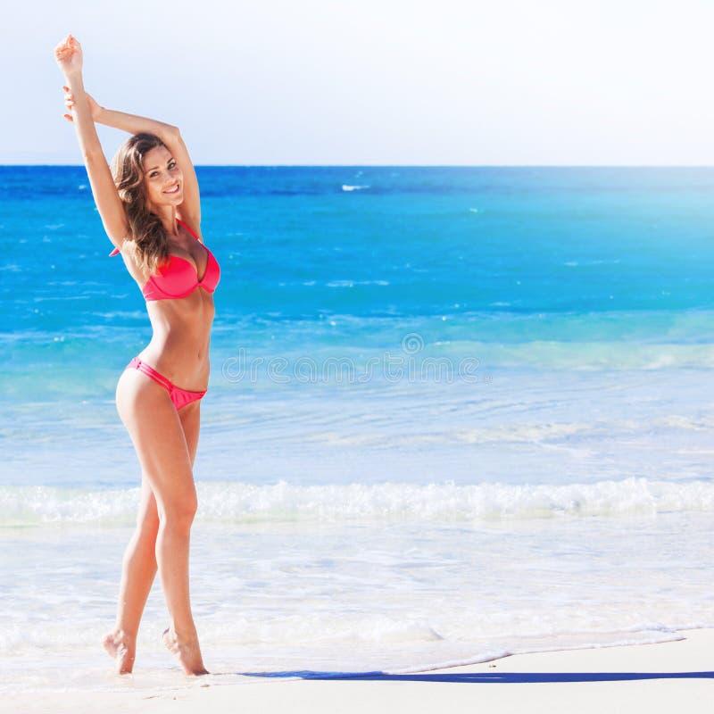 Vrouwen op zee strand stock afbeeldingen