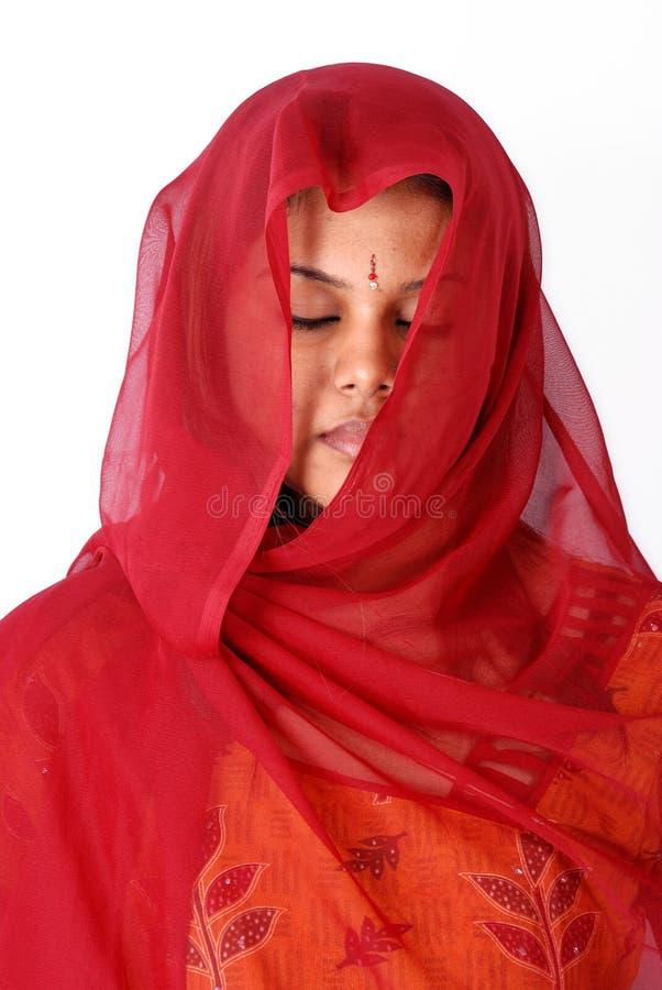 Vrouwen in rode sluier stock foto