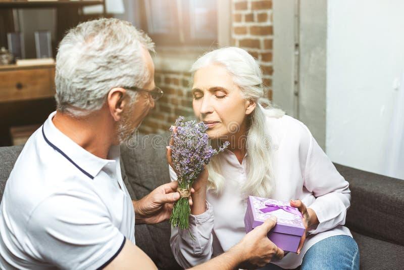 Vrouwen ruikend boeket van lavendel stock foto's