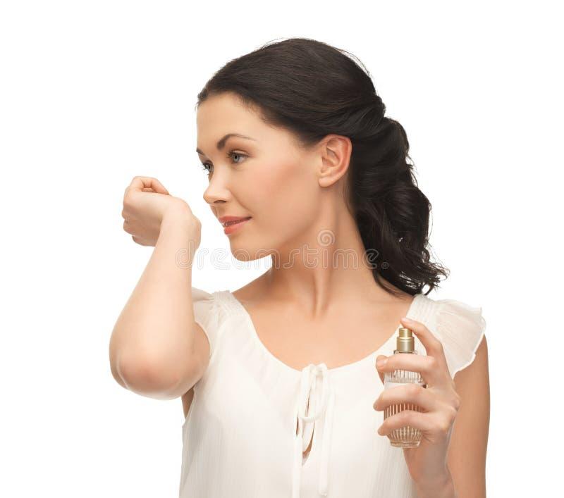 Vrouwen ruikend parfum op haar hand royalty-vrije stock fotografie