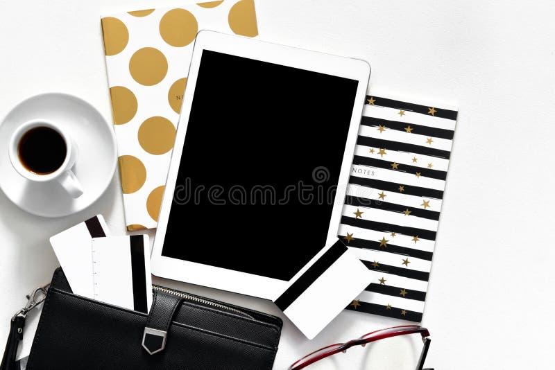 Vrouwen` s bureau op de witte tablet van het achtergrondaanrakingsstootkussen met de gouden creditcards van de modieuze boeken zw stock foto's