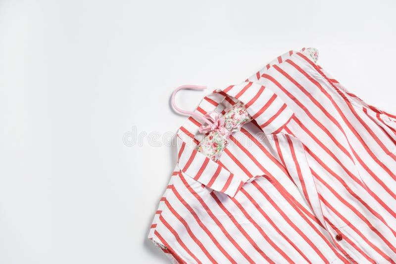 Vrouwen` s gestreept die overhemd met hanger op wit wordt geïsoleerd royalty-vrije stock afbeelding