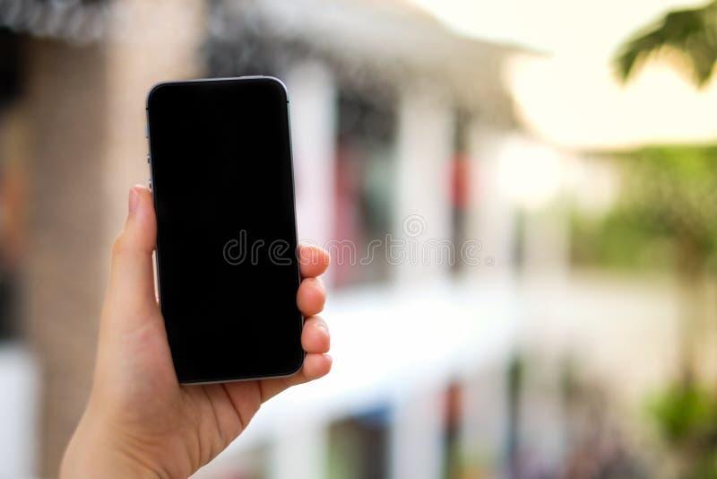 Vrouwen` s hand die het mobiele telefoon zwarte scherm voor onderzoeksgegevens met behulp van, royalty-vrije stock afbeeldingen