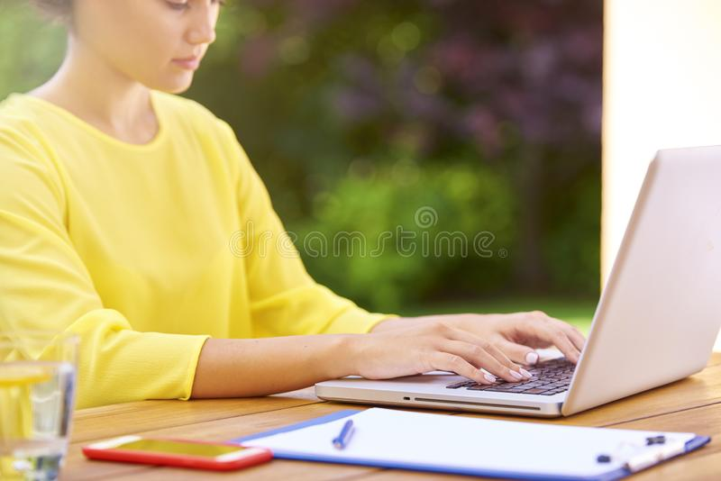 Vrouwen` s hand terwijl het typen op laptop royalty-vrije stock afbeelding