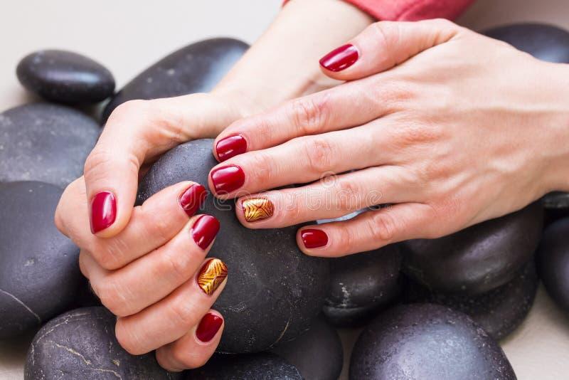 Vrouwen` s handen met een aardige manicure royalty-vrije stock foto's