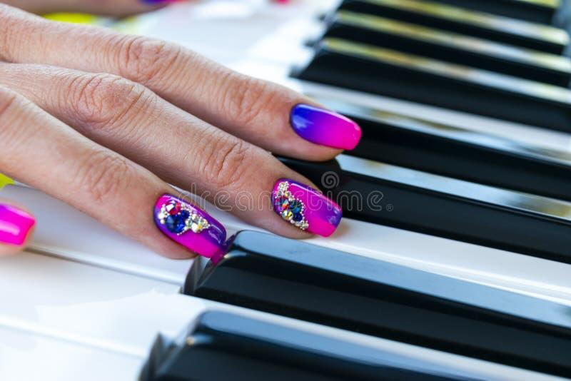 Vrouwen` s handen op het toetsenbord van de pianoclose-up Handenmusicus die de piano spelen Hoogste mening De speelmuziek van de  royalty-vrije stock fotografie