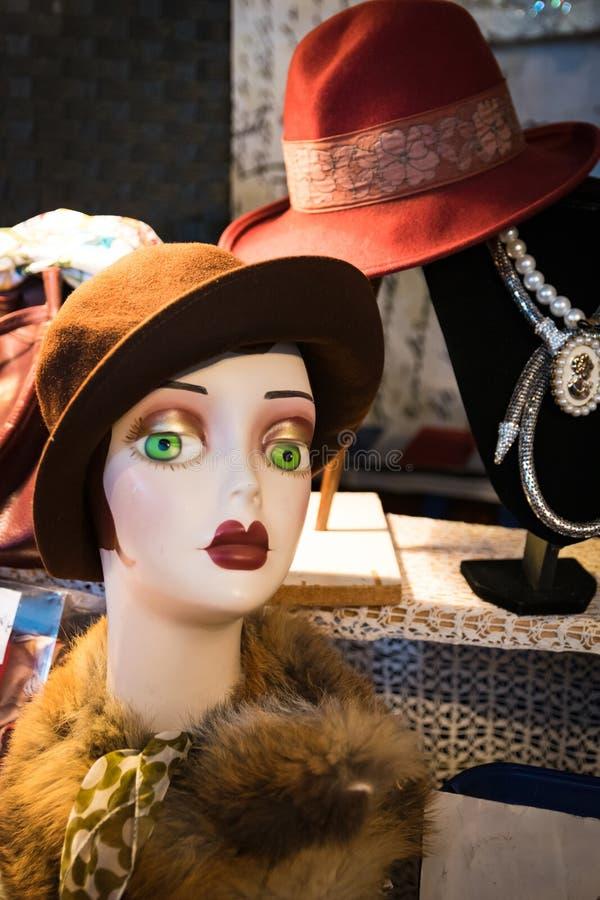 Vrouwen` s hoeden in ouderwets in uitstekende markt worden blootgesteld die stock foto's