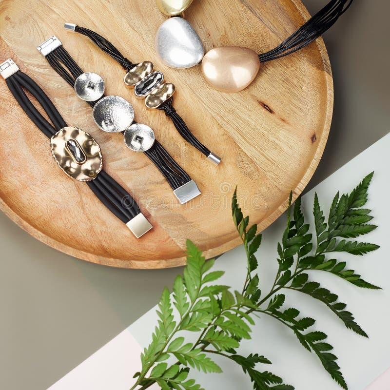 Vrouwen` s Juwelen armbanden en halsband op plaat royalty-vrije stock afbeelding