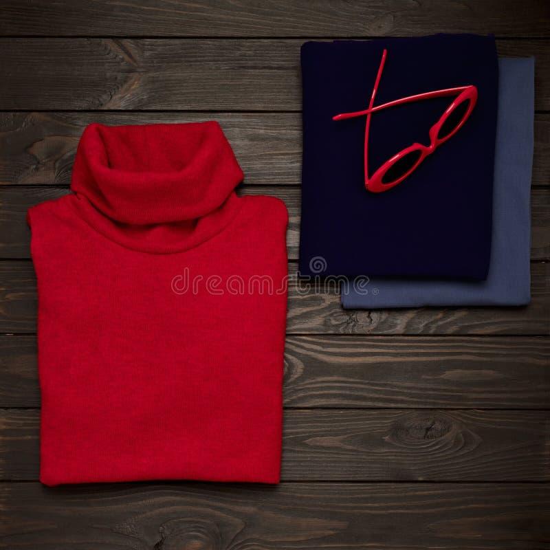 Vrouwen` s kleding en toebehoren van rood en ultraviolette kleuren o royalty-vrije stock afbeelding