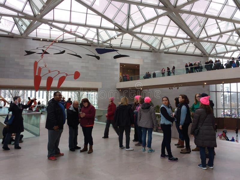 Vrouwen ` s Maart van binnenuit het National Gallery van Art East Building, Washington, gelijkstroom, de V.S. stock afbeelding