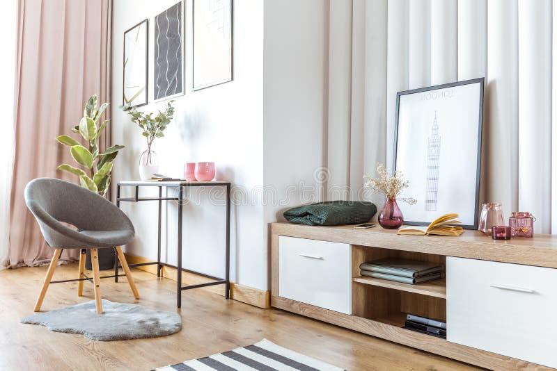 Vrouwen` s woonkamer met affiche stock afbeelding