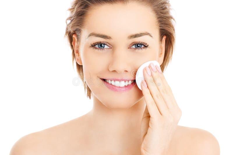 Vrouwen schoonmakend gezicht stock foto