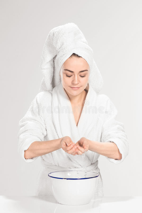 Vrouwen schoonmakend gezicht in badkamers royalty-vrije stock afbeelding