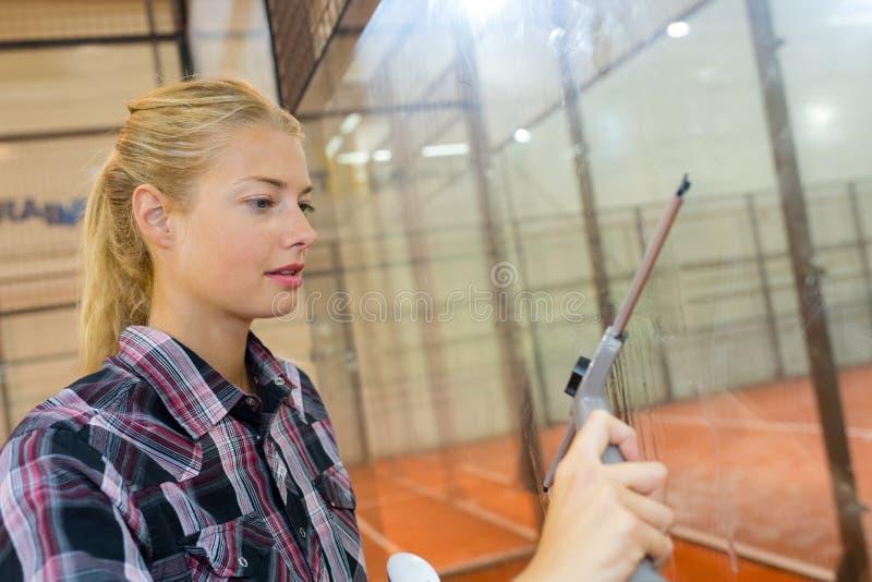 Vrouwen schoonmakend glas in communautaire onderneming royalty-vrije stock foto's