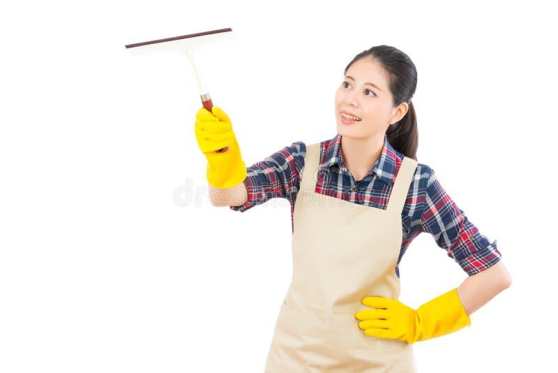 Vrouwen schoonmakend venster met glaswisser royalty-vrije stock afbeelding