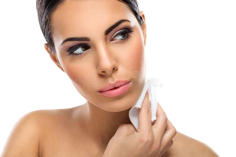 Vrouwen schoonmakende huid stock foto's