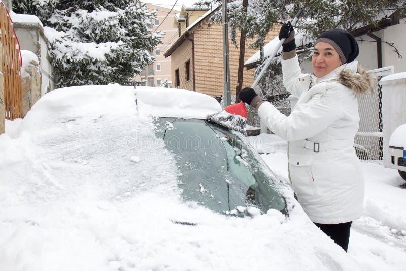 Vrouwen schoonmakende sneeuw royalty-vrije stock fotografie