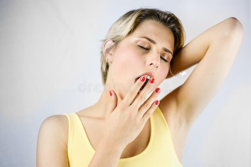 Vrouwen slaperig vermoeid meisje die bijna in slaap vallen Vrouwelijke studentenwi stock fotografie
